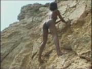 Shania shimmys on the rocks