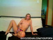 Kaylee Rain Tickles her Twat on Cam