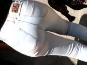 Morena com jeans marcando a calcinha