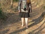 la giovane schiava scalza nel bosco