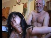 papy baise sa petite fille dans la cuisine