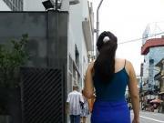 Novinha de shortinho andando na rua
