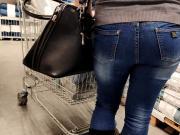 Juicy ass milfs in tigtht jeans