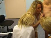 3 infirmieres sur le doctor et trio entre MILF et TEEN