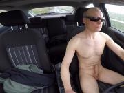 Nackt fahren und Selbstbefriedigung im Auto - einfach geil!