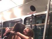 Dos nenas besandose en el viaje de egresados