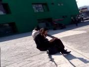 Mirando bulto 4 mientras habla con su novio
