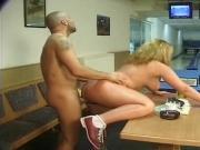 Eva Anders im Bowlingcenter durchgefickt
