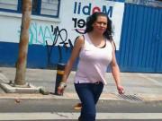 Madurita rica cruzando la avenida