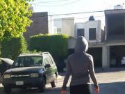 Vecina haciendo caminata