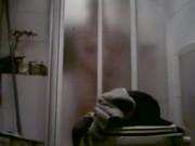 Meine Frau macht es sich heimlich mit dem Duschkopf