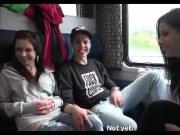 Convincono gli amici a scopare in treno