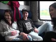 E - Coppia convince coppia sconosciuta a scopare in treno