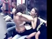 2 Lesben knutschen wild in der U-Bahn