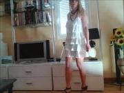 MF porte une mini robe blanche un peu transparente