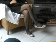ses jambes en collants et ballerines dorees