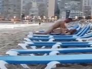 Follando en la playa en publico