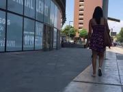 Debajo del vestido de universitaria con HILO