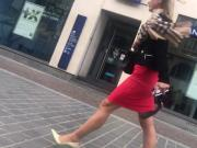 Une femme en jupe plus string part 1