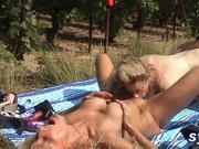 2 copines se gouinent et se tapent un jeunot en public