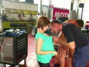 Mechaniker fickt stieftochter in Werkstatt als Eltern weg