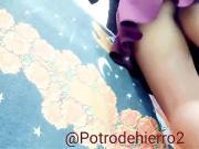 Nena preciosa con falda morada