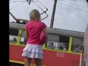 Magrinha sabrosa de mini falda blanca cogiendo el tren