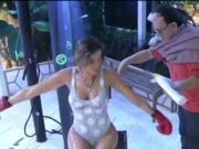 Aida Yespica si fa toccare da Cristiano Malgioglio
