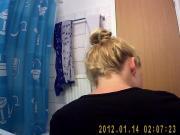 Celine auf dem Klo. Heimlich gefilmt.