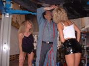 2 amatrices MILFs au garage : exhib et trio