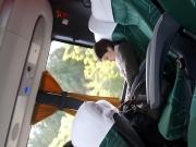 Flashing me mira el bulto en el bus