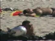 femme seins nus a la plage