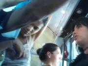 Manjando a rola no onibus-duas amigas