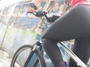 Gostosa de legging de bike