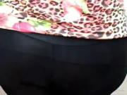 Andando de legging preta grudadinha marcando