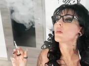Deutsche real escort Milf raucht - german smoke fetisch