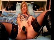 Lisa joue et jouit avec des courgettes