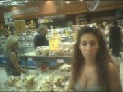 Tettona riccia al supermercato..