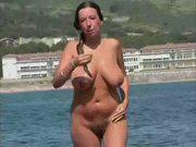 Mujer madura de pezones duros en la playa 2
