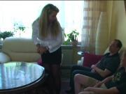 Mutter fickt ueberredet zwei Freunde der Tochter zum Ficken