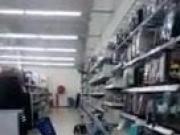 Sexy Kopftuchnutte im Supermarkt