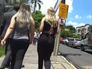 duas loiras lindas uma com Calca socadinha na bunda