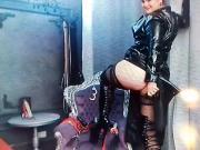A genoux salle fiotte et admire Mistress LYN