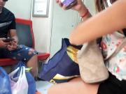 014 Chica viajera muestra el culo con shorts