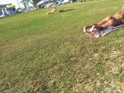 Loira gostosa tomando sol na praia e virando a bunda fio den