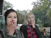 Girls rauchen vor der Schule