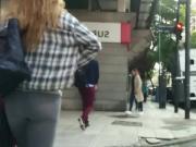 culoo en jeans caminando