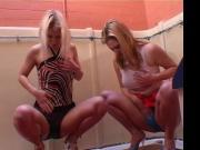 Zwei Maedels pissen zusammen in die Hose
