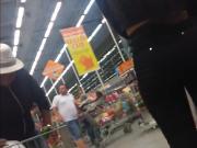 Bunduda gostosa de jeans preto no supermercado