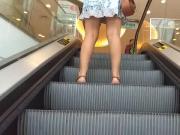 Morena na escada rolante